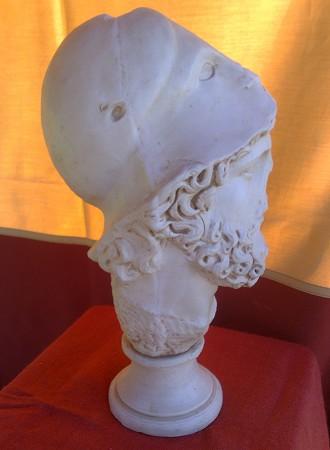 »Augustus«, eine Reproduktion einer römischen Figur aus Kunstmarmor
