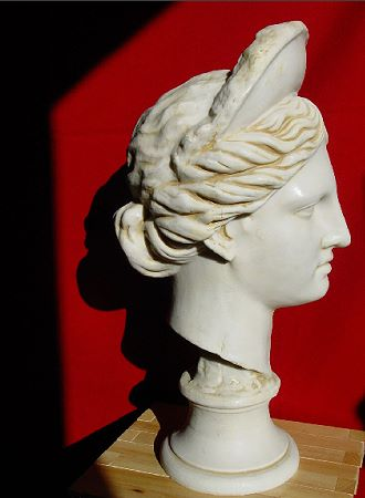 »Diana«, eine Reproduktion einer römischen Figur aus Kunstmarmor