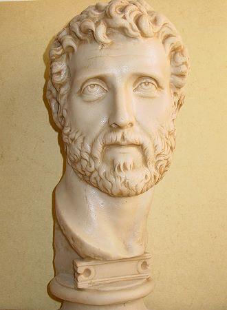 »Antoninus Pius«, eine Reproduktion einer römischen Figur aus Kunstmarmor