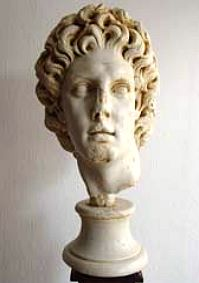 »Alexander Magnus«, eine Reproduktion einer römischen Figur aus Kunstmarmor