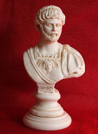 »Hadrian«, eine Reproduktion einer römischen Figur aus Kunstmarmor