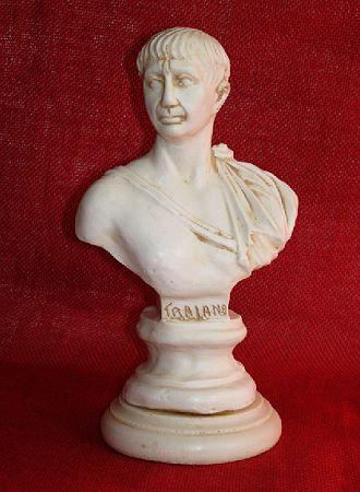 »Traian«, eine Reproduktion einer römischen Figur aus Kunstmarmor