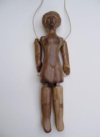 Spielpuppe, eine Reproduktion einer römischen Figur aus Kunstmarmor